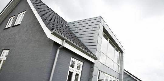 Zink beklædning: Stikfals facade i forpatineret zink